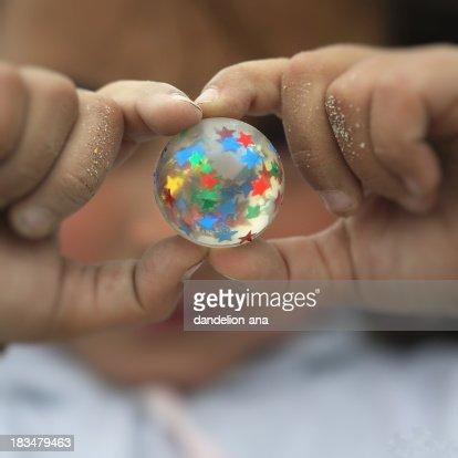 El mundo en sus manos : Foto de stock