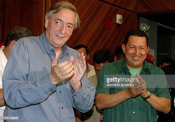 El presidente argentino Néstor Kirchner y su homólogo venezolano Hugo Chávez aplauden celebrando la puesta en funcionamiento de la turbina 11 de la...
