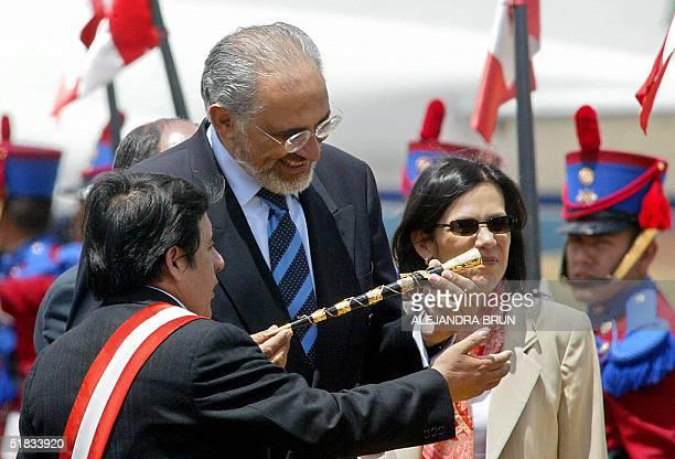 El presidente boliviano Carlos Mesa recibe un regalo del presidente de la region Cusco Carlos Cuaresma a su llegada al aeropuerto internacional de...