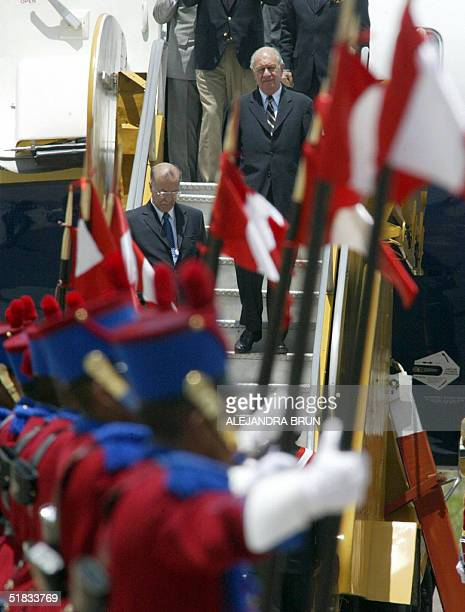 El presidente chileno Ricardo Lagos llega al aeropuerto internacional de Cusco el 07 de diciembre de 2004 para asistir a la III Reunion de...