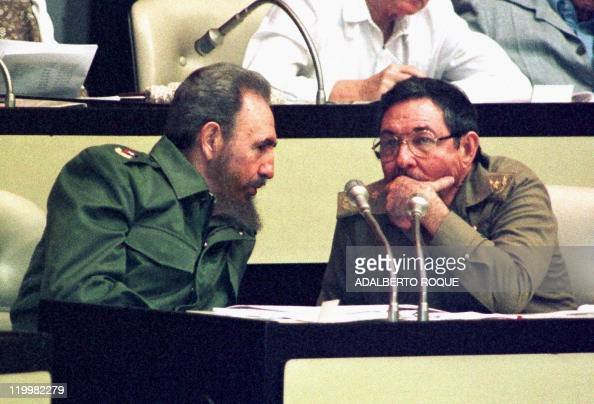 El Presidente cubano Fidel Castro habla con su hermano y Ministro de las Fuerzas Armadas cubanas Raul Castro el 13 de diciembre durante la II Sesion...