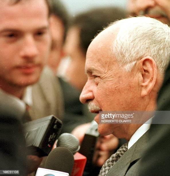 El Presidente de Bolivia Hugo Banzer Suarez dialoga con los miembros de la prensa nacional e internacional a su llegada al aeropuerto Silvio...