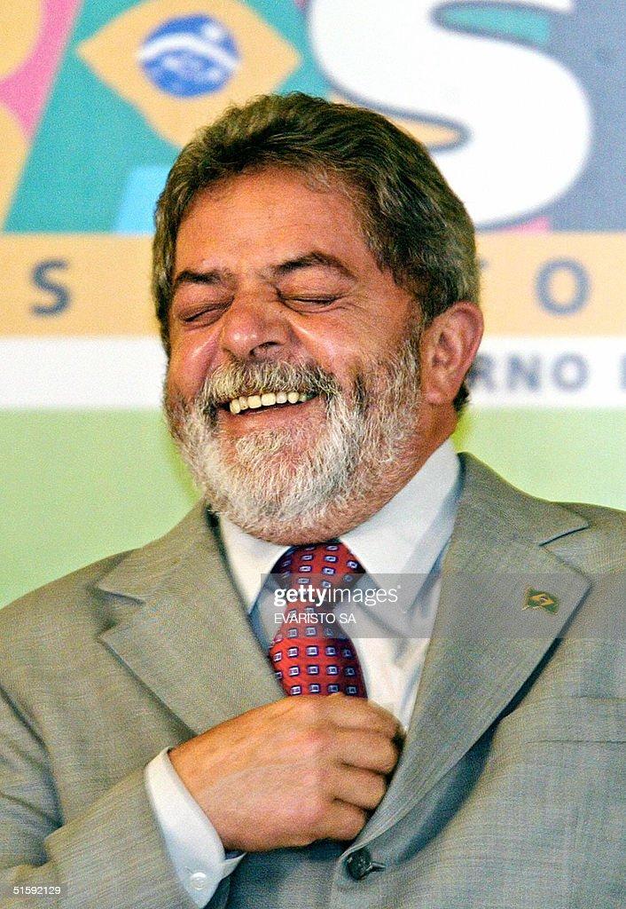 El presidente de Brasil, Luiz Inacio Lula da Silva, rie durante la ceremonia de firma del decreto que demarca 11 territorios indigenas, en el Palacio de Planalto, el 27 de octubre de 2004, en Brasilia. El presidente Lula da Silva cumple este miercoles 59 anos. AFP PHOTO/Evaristo SA
