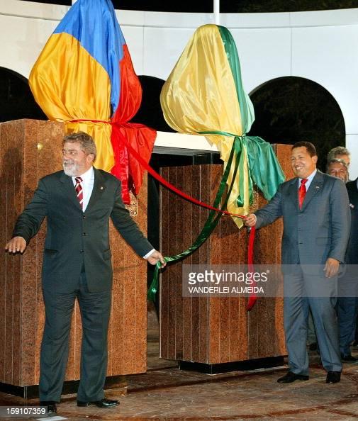 El presidente de Brasil Luiz Inácio Lula da Silva y su homólogo venezolano Hugo Chávez innauguran una plaza que lleva los nombres del libertador...