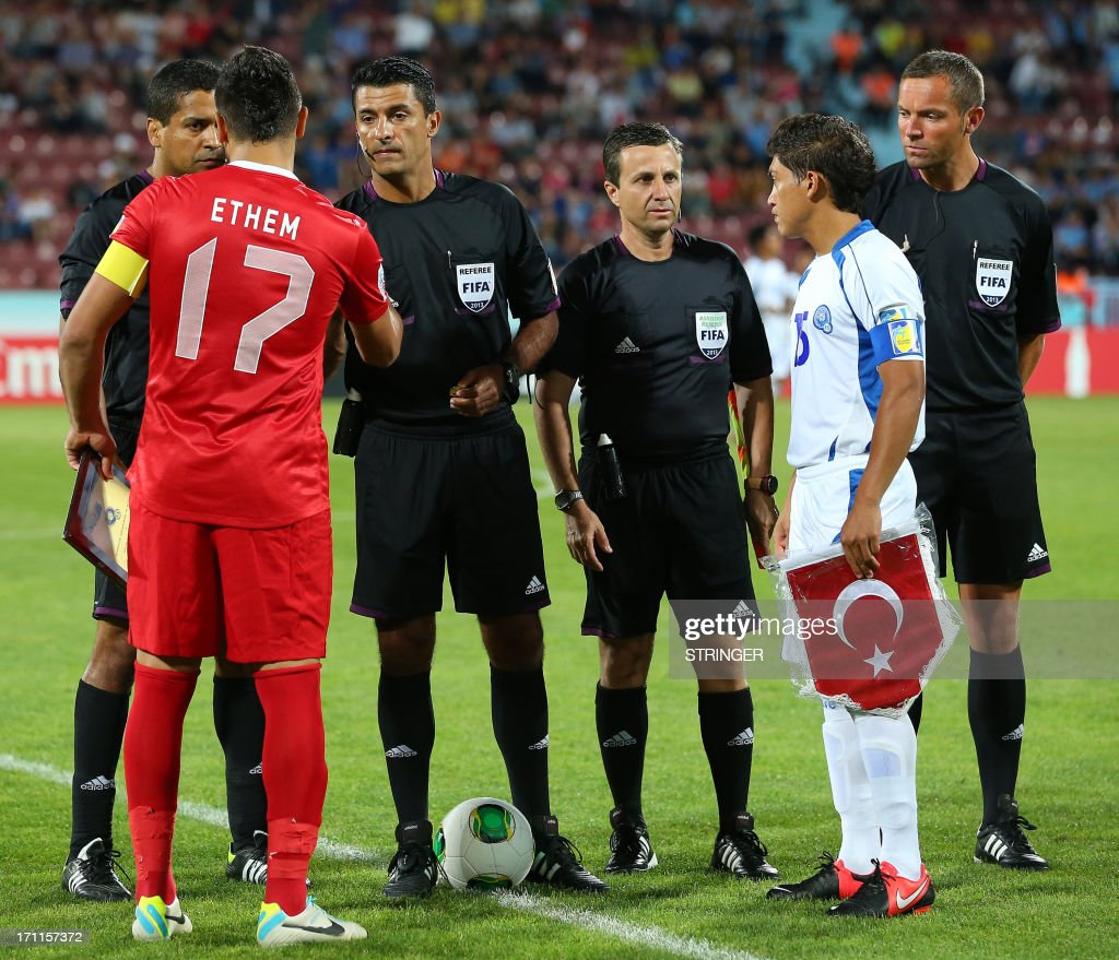 El Salvador's Captain Rene Gomez (2nd R) and Turkey's captain Ethem Pulgir (2nd L) speak with the referees during the group stage football match between Turkey and El Salvador at the FIFA Under 20 World Cup at the Avni Aker stadium in Trabzon on June 22, 2013.