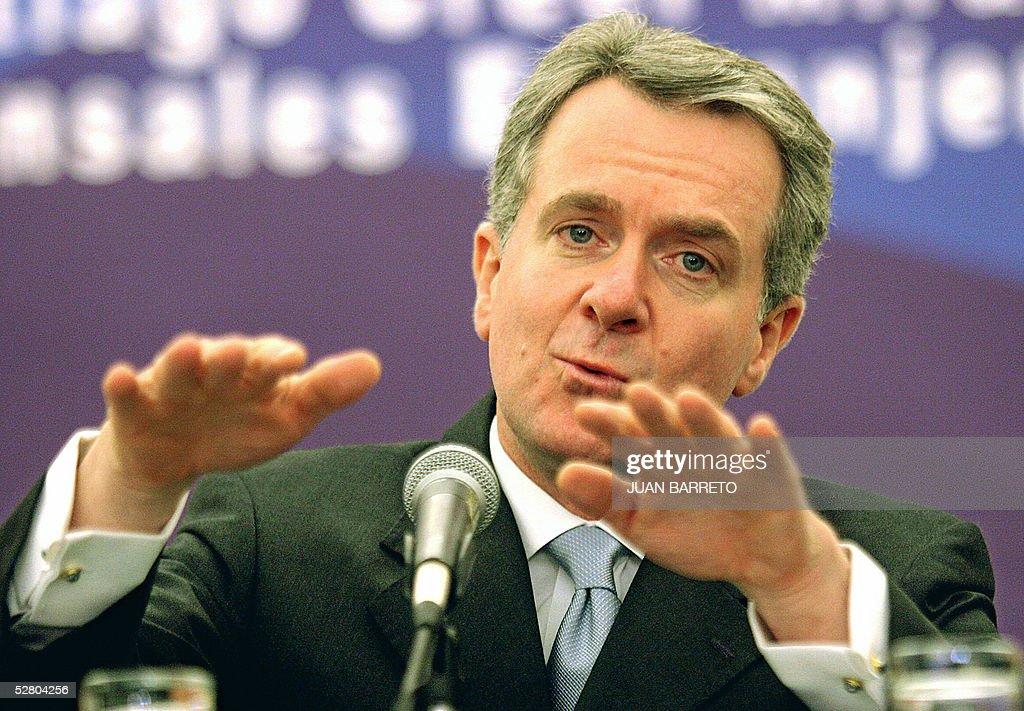 El Secretario de Gobernacion Santiago Creel Miranda responde una pregunta durante una conferencia de prensa con corresponsales extranjeros en la...