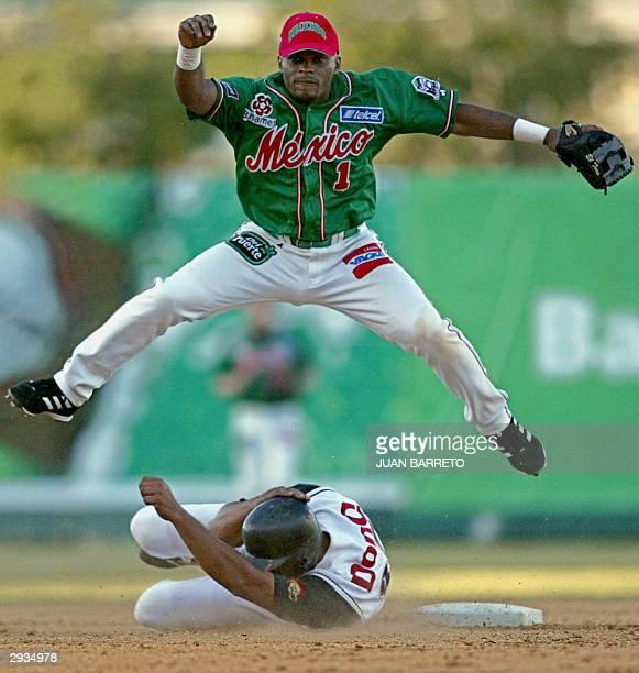 El segunda base Jose Macias de Los Tomateros de Culiacan realiza un out al jugador Juan Lebron de Los Leones de Ponce PtoRico en la Serie del Caribe...
