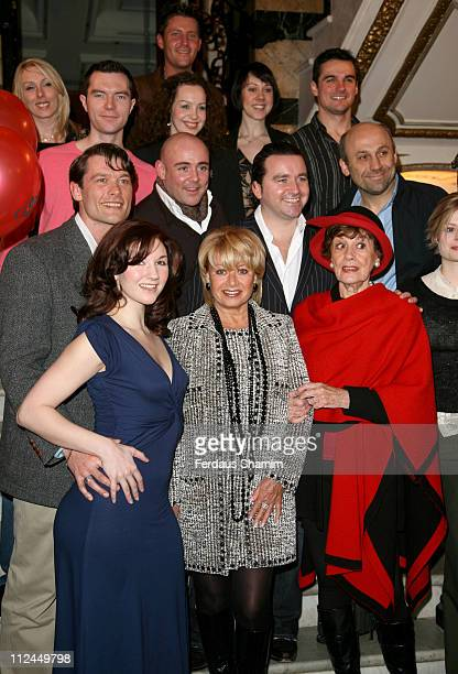Elaine Page and fellow cast members