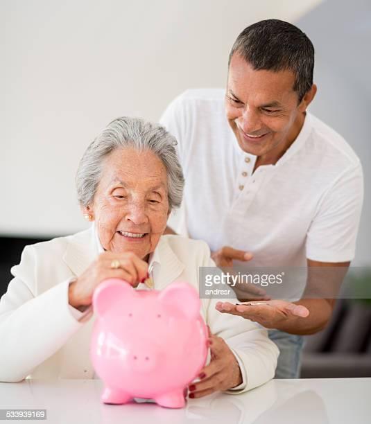 Ältere Frau Geld sparen