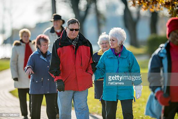 Ältere Paar zu Fuß durch den Park