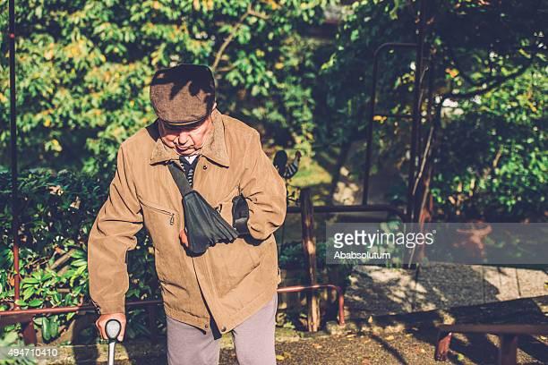 Disabili uomo anziano con un bastone da passeggio all'aperto, Europa
