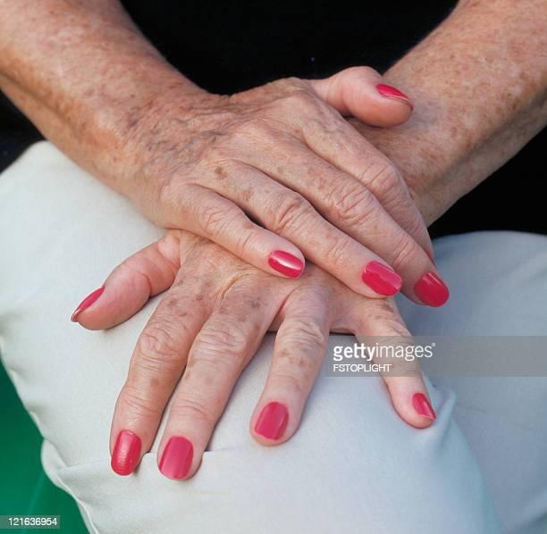 Manos de mujer de edad avanzada