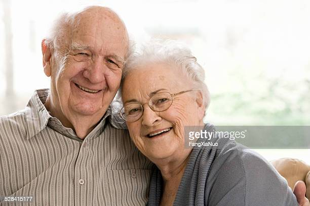 Vieil homme et femme assise sur un canapé