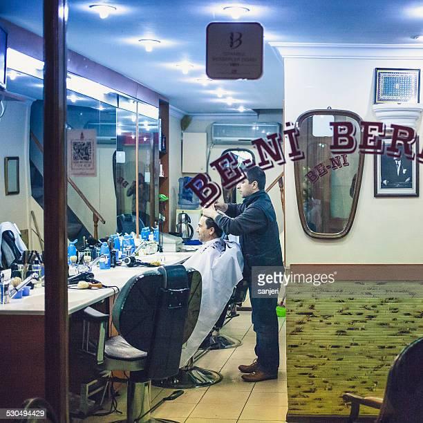 Homem idoso na Barbearia