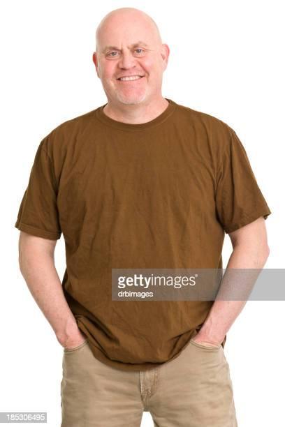 Glücklicher Mann posieren mit Händen in den Taschen