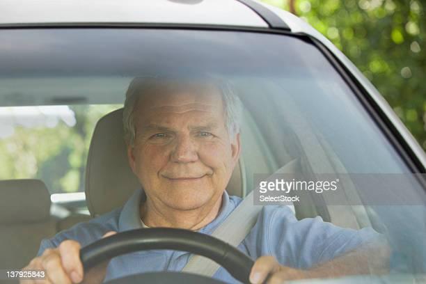 お車を見る老人男性