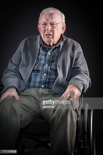 Uomo anziano in sedia a rotelle