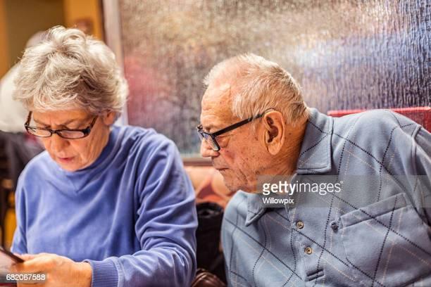 Ältere Mann, die Tochter sucht Hilfe Frühstück bestellen