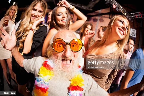 Vieil homme photographié au fisheye objectif de fête