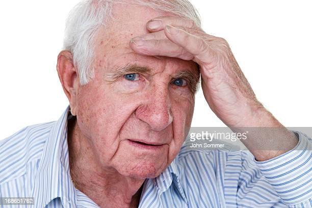 Homem idoso com dor de cabeça