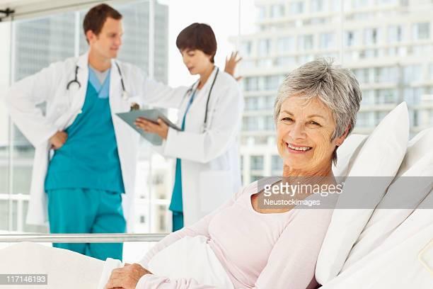 高齢の患者の入院ベッド
