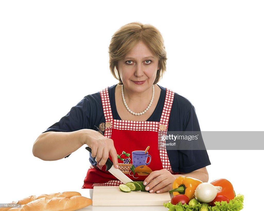 Elderly woman prepara comida de : Foto de stock