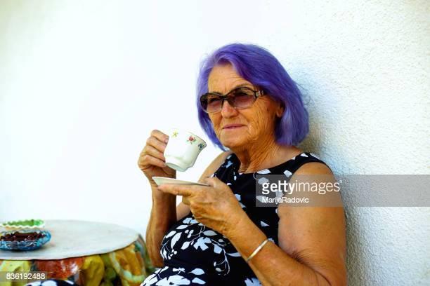 Anciana tomando un café