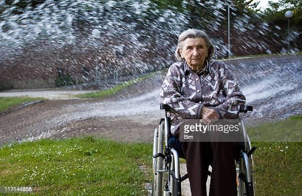 Ältere Frau am Brunnen entspannen in einem Park