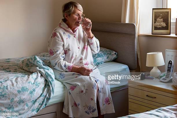 Ältere Frau, die Medikamente