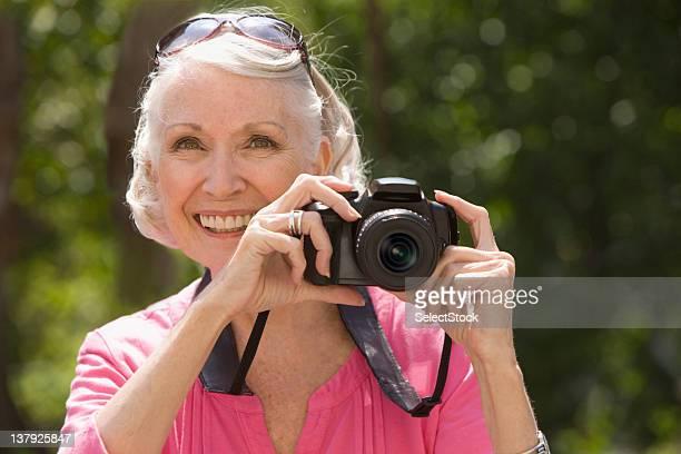 Mujer tomando imagen de edad avanzada