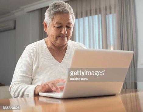 Elderly woman using laptop : Stock-Foto