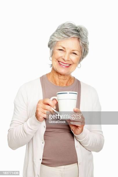 Ältere Frau mit Kaffeetasse auf weißem Hintergrund
