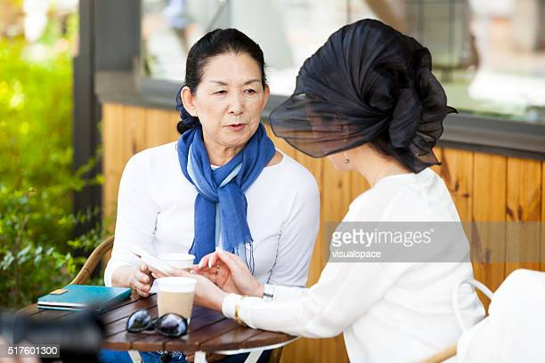 """Personnes âgées femmes partageant des anecdotes sur un après-midi d """" été"""