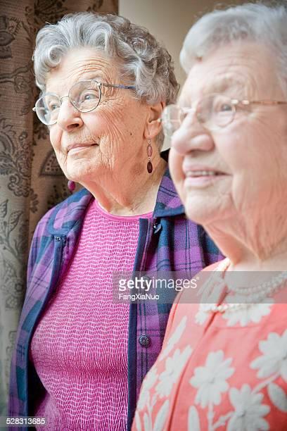 Ältere Frauen reden im Altersheim