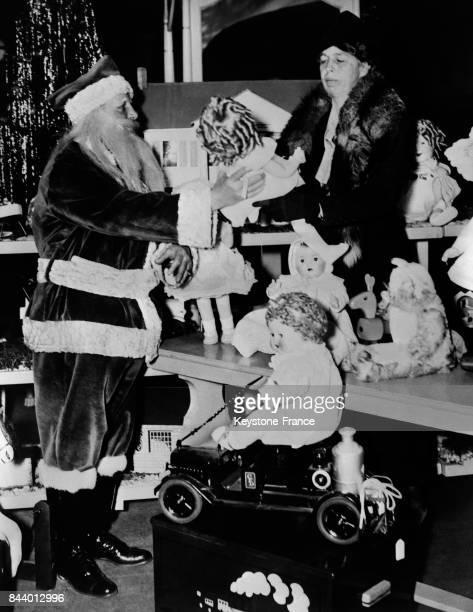 Eleanor Roosevelt accueillie par le Père Noël dans un magasin de jouets à Washington DC le 26 décembre 1935