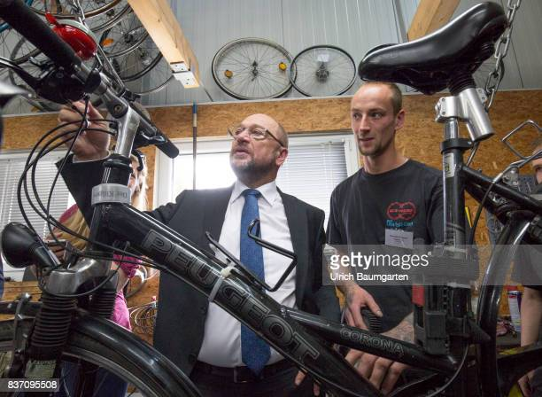 Election campaign Martin Schulz chancellor candidate of the SPD for the 2017 Bundestag election Visit to the workshop of the BikeHouse Bonn The...