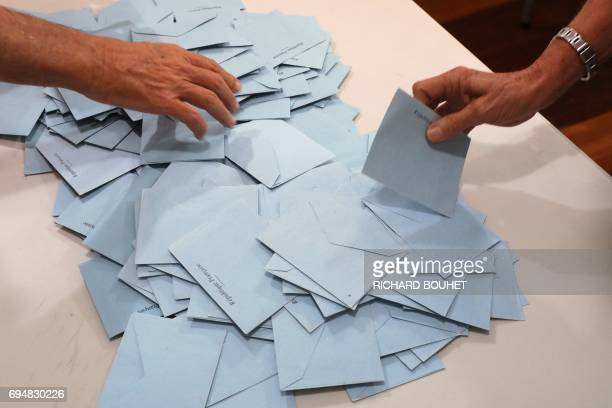 Election officials start counting votes at a polling station in SaintLeu on the French overseas island of La Reunion on June 11 2017 / AFP PHOTO /...