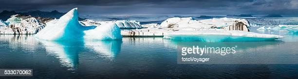 Azul Eléctrico icebergs flutuante no Oceano Ártico Lagoa Panorama da Islândia