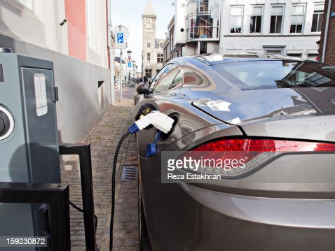 Electric car at recharging station : Stock-Foto
