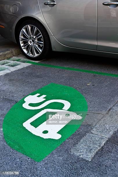 Elektroauto-Schild-Ladestation, grüne Schild gemalt auf Straße