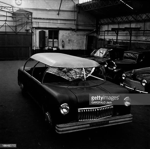 Electric Car Symmetric Paris Dans les années 1950 présentation dans un hangar de la SYMETRIC PARIS modèle de voiture électrique conçue par Casimir...