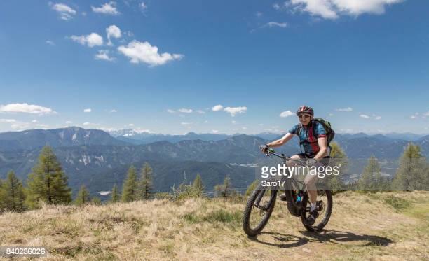 ケルンテンの山の尾根、オーストリアで電気マウンテン バイク。
