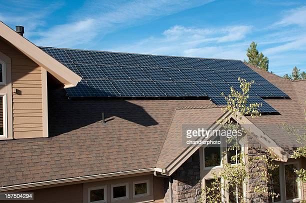Electric panneaux solaires et la maison, à l'extérieur
