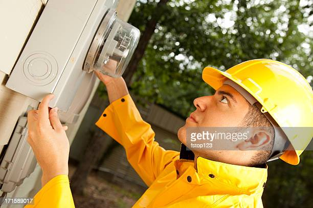 Électricien au dehors Ampèremètre sur la maison