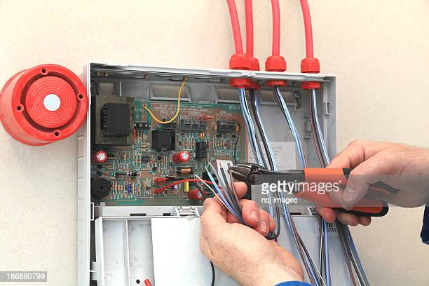 Électricien travaillant dans une alarme incendie boîte de contrôle.