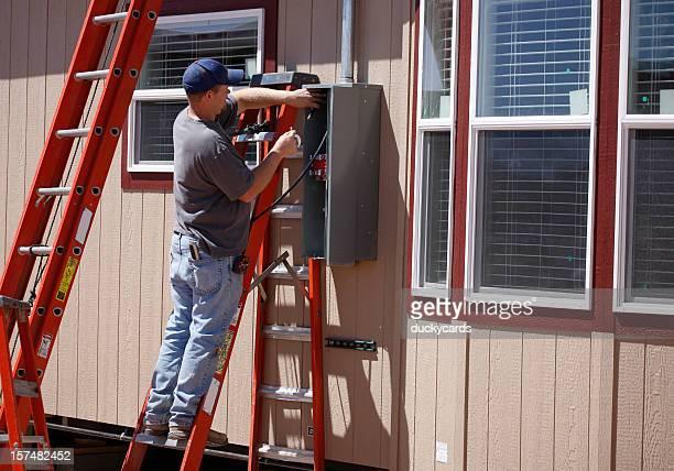 Elettricista lavorando su pannello Servizio elettrico