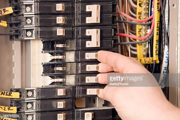 Elettricista mano girando su interruttori automatici