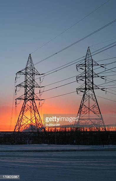 Electricity Pylon und Linien im Winter Sonnenuntergang