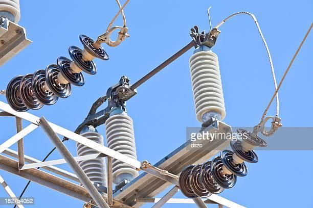 変電所、電源ラインおよび絶縁体