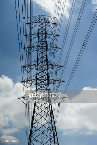 electricity transmission lines and pylon : Bildbanksbilder